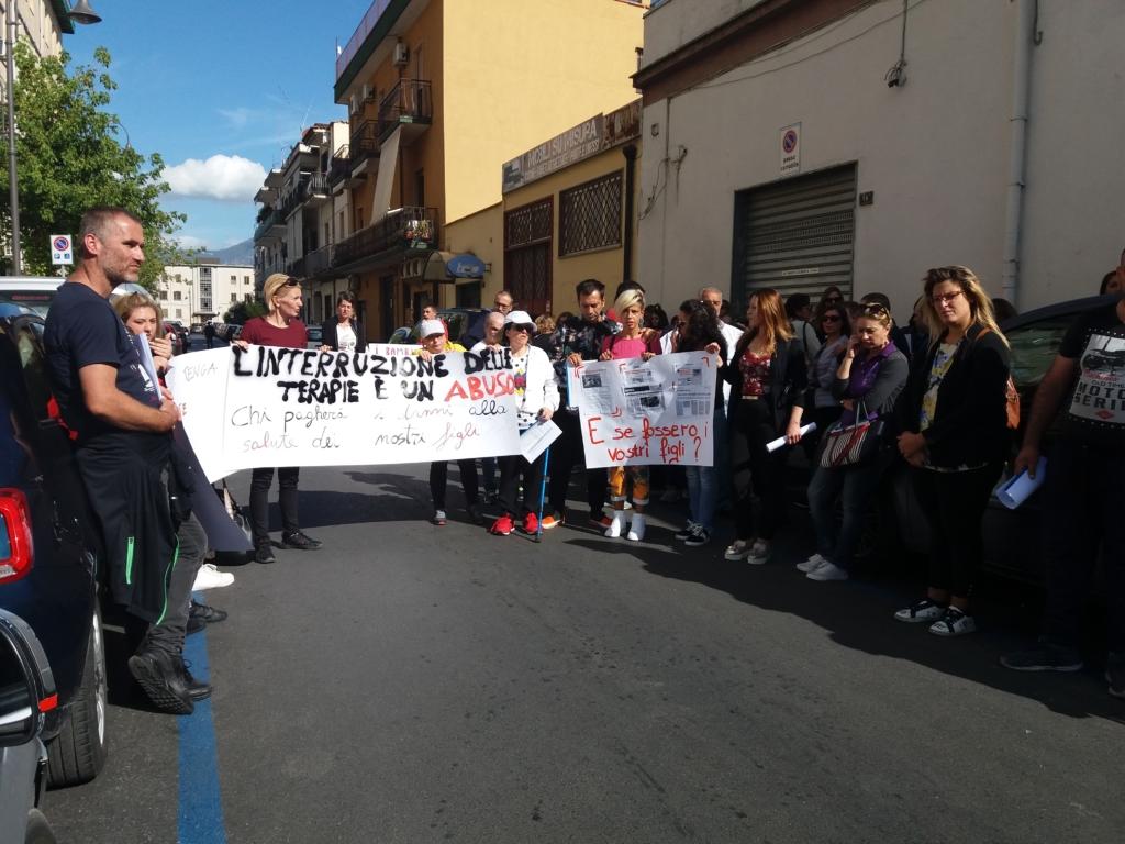 protesta disabili per riabilitazione