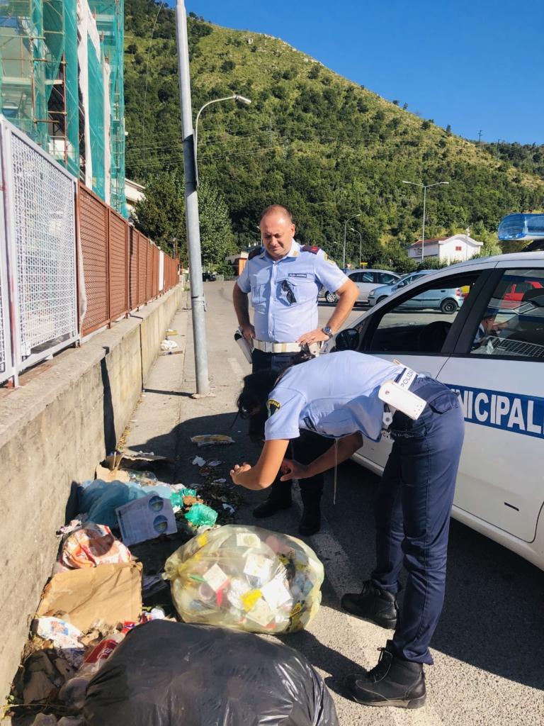 vigili urbani spazzatura sacchetto selvaggio